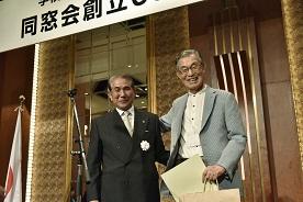 八尋良久 同窓会会長より表彰を受ける6期卒 山田雅彦 氏