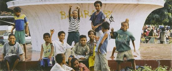 東ティモールの首都ディリ中心部にいた子供達