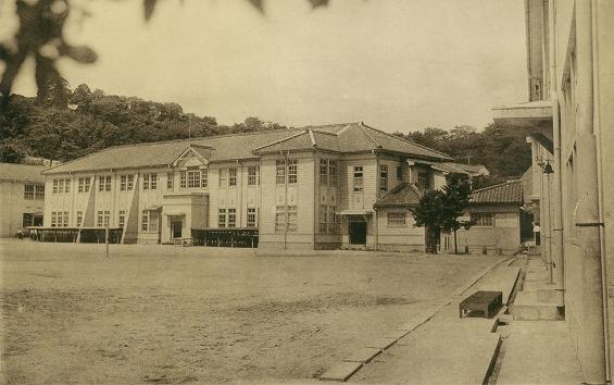 校舎棟と第一運動場