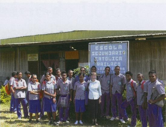 ライラコの高校の生徒と学校で働くシスター