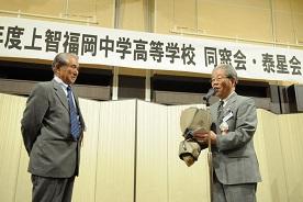 中島幸男新会長からの八尋良久前会長へ花束の贈呈